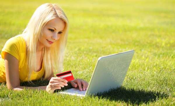 Erotische Hypnose Bild 12 - Frau liegt im Gras und will Hypnosen bezahlen