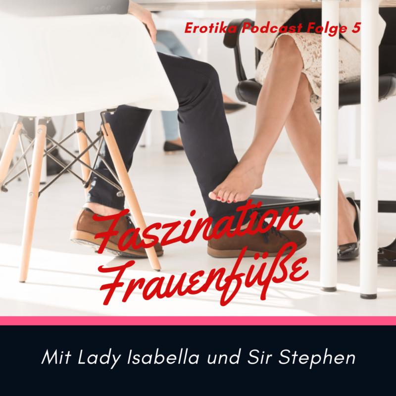 Mann und Frau sitzen an einem Tisch und ihre Füße sind zu sehen