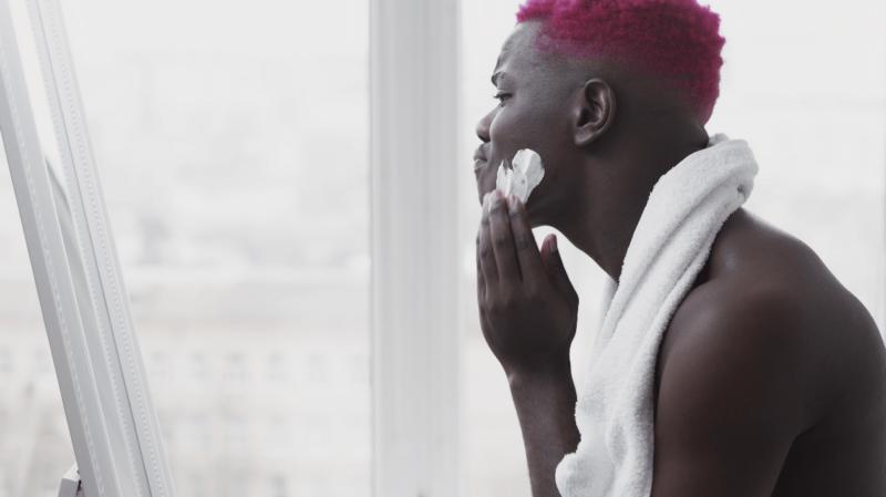 Metrosexualität - Bild mit Mann mit roten Haaren, der sich rasiert