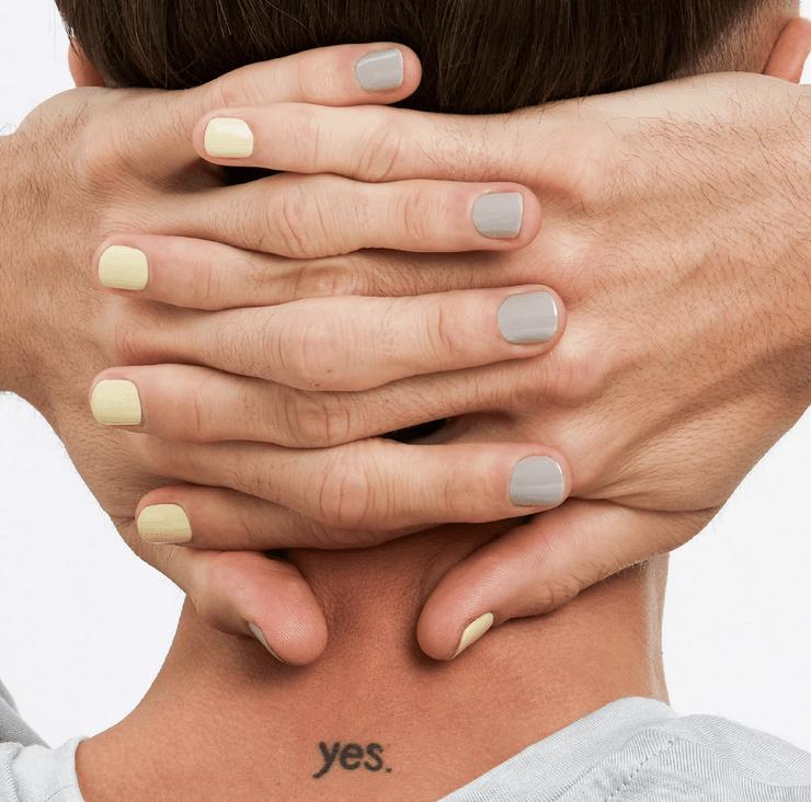 Metrosexueller Mann mit lackierten Nägeln